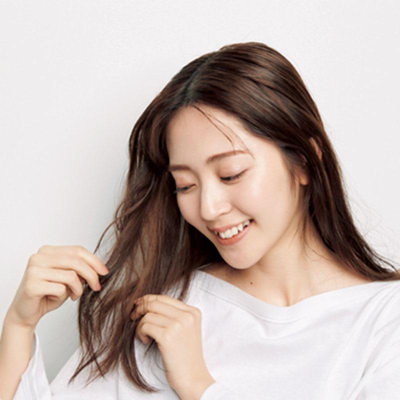 4.Cを手につけ、前髪を少しだけ出します。こうすることで韓国っぽいヘアに。その後、サイドの髪を耳にかけます。