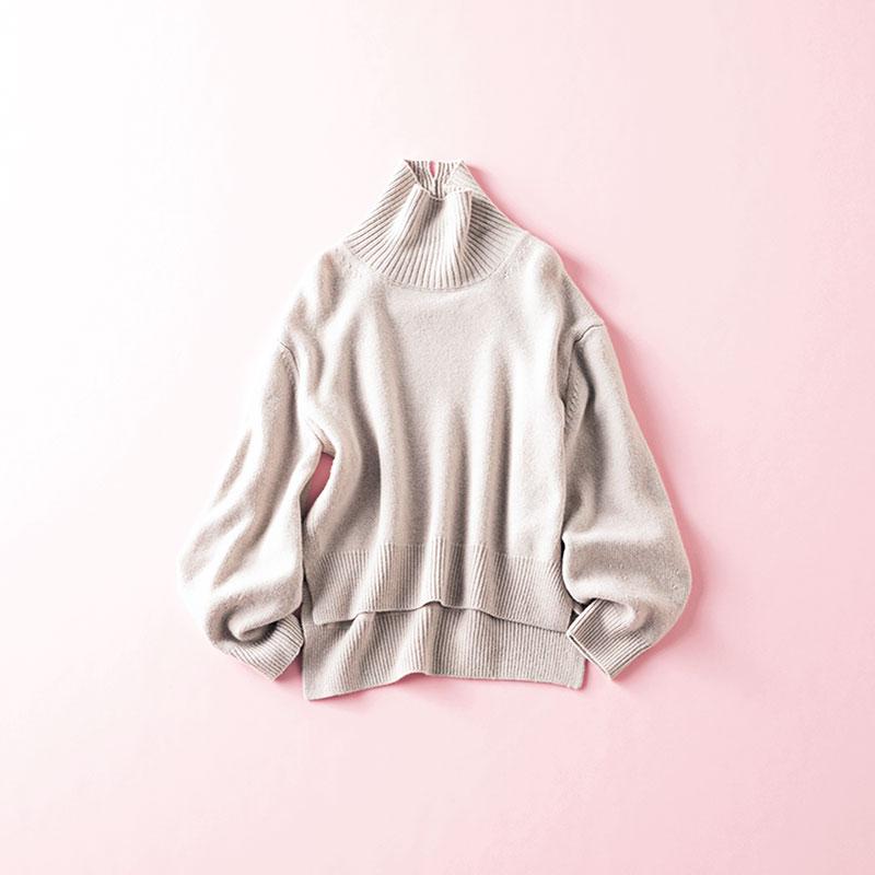 ADAWASののタートルネックニット 編集 本間万里子さん 試着したとき、とにかくすとんとした美シルエットに感動して購入。サイドの広めスリットが動きやすくて、あったかいのに軽やかに見える!重ね着してももたつかないので、いろんな着こなしができる一枚です ニット¥26,000(アダワス/ショールーム セッション)
