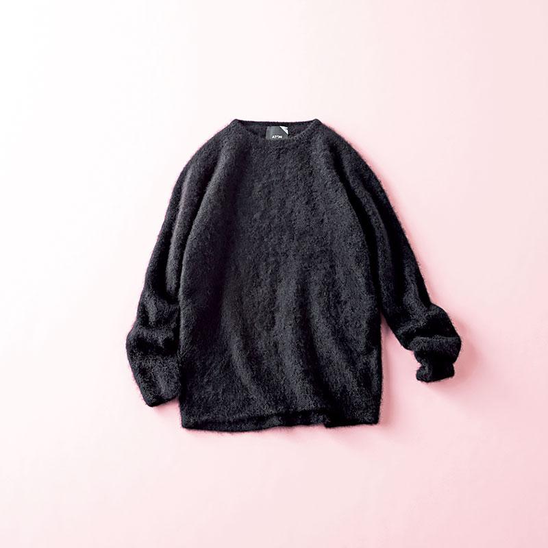 """ATONのファーカシミヤクルーネック スタイリスト 村瀬萌子さん """"ふわふわの質感=太って見える""""法則を完全に覆してくれるファーカシミヤニット。サイドのラインがまっすぐでアームはタイト、柔らかい表情なのにスタイリッシュに着こなせます。美人見えする黒ニット ニット¥33,000(エイトン/エイトン青山)"""