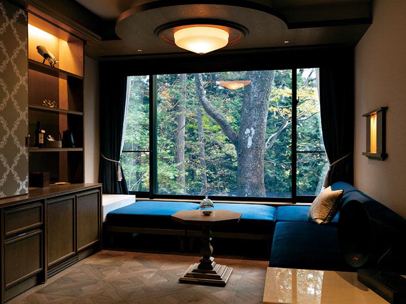 スタイリッシュスイートの1室。緑を望む窓際のデイベッドは、上品なネイビーがクラシカルな雰囲気を与える。