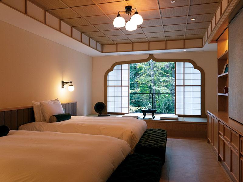 大きな花頭窓と縁側のような畳スペースが印象的なプレシャススイート。日本の様式美を感じさせつつ、モダンなしつらえが快適なホテルステイを可能に。