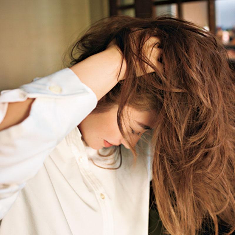 ④シーミストを髪全体につけ、下を向き、髪の根元を指で軽くつまむと、エアリー感が。