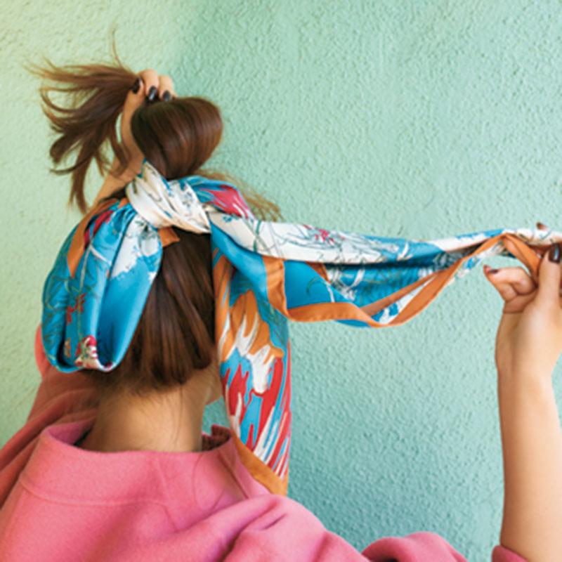 ⑤スカーフをゴムに巻きつけます。結び目を下にすることがポイントです。