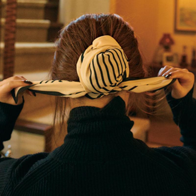 ⑥スカーフの裾をお団子の下のゴム部分で再度交差させ て。しっかり結んで完成。