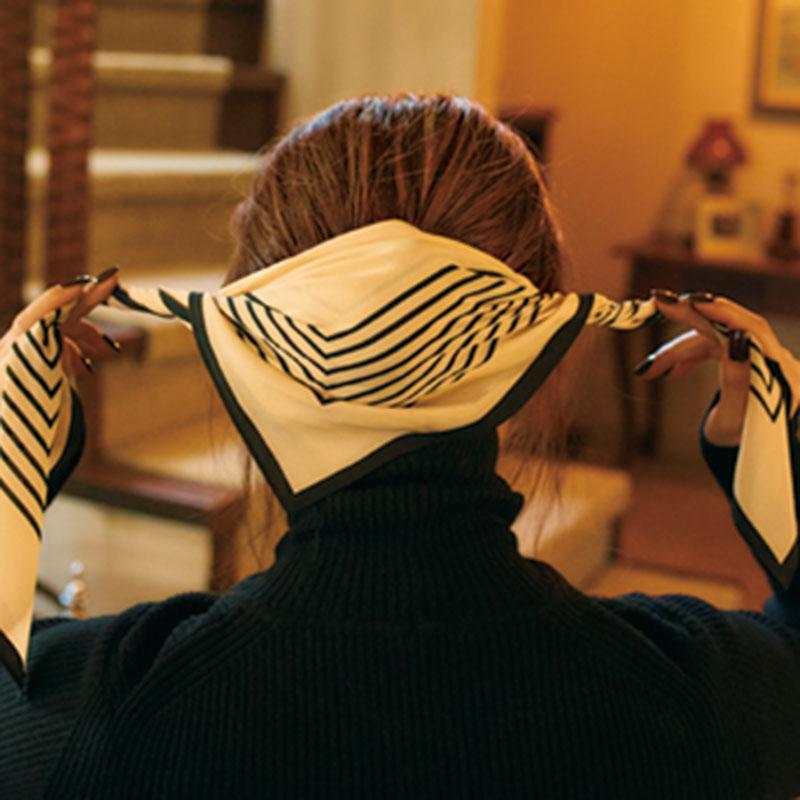 ④スカーフを三角に折り、お団子にかぶせたら、スカーフのサイドをねじります。