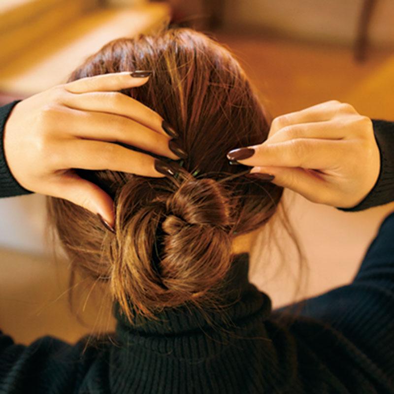 ③三つ編みした毛先をゴムにぐるりと巻きつけ、お団子に。毛先はピンで留めて。
