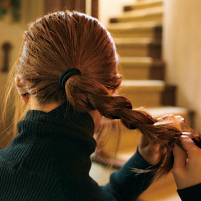 ②先ほどひとつに結んだ毛を三つ編みにしていきます。毛先までしっかり編んで。
