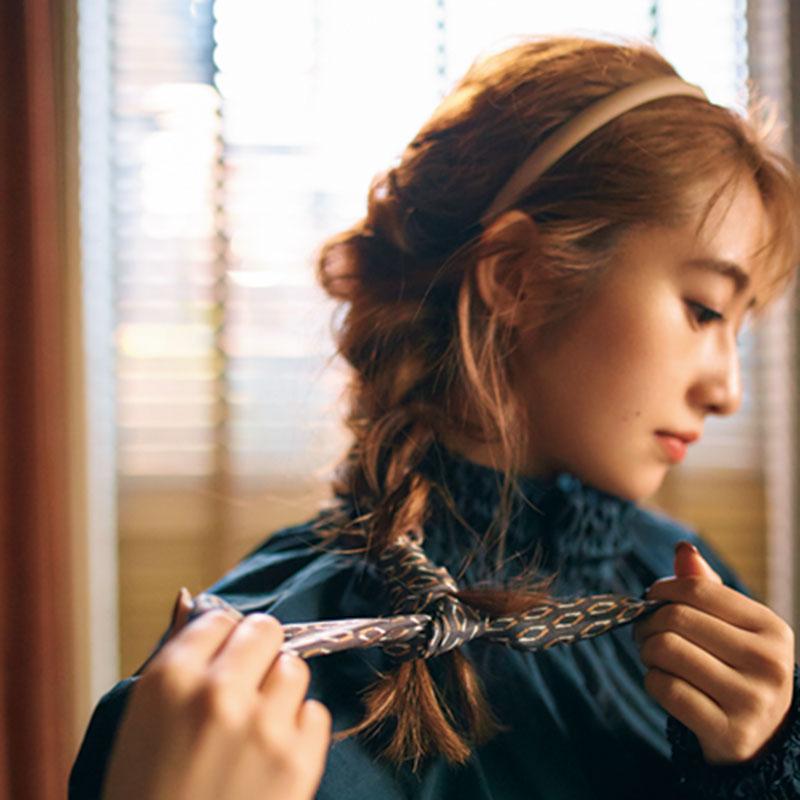 ⑤編み込みが根元まできたら、スカーフの裾を毛先に巻きつけ、固結びします。