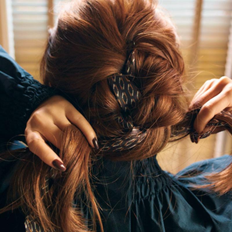 ④髪を編み込んでいきます。スカーフも髪の一部としてざっくりと編み込んで。