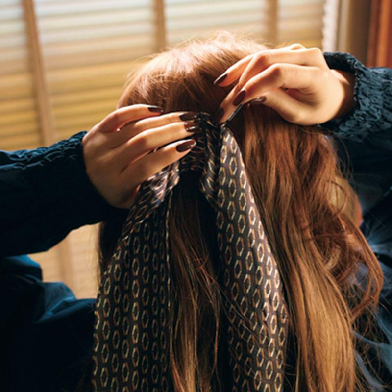 ③次に、スカーフをピンで留めます。耳上のラインの延長線上、中央で留めて。
