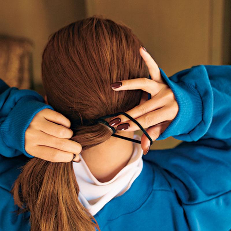②前髪以外の髪を後頭部の下で一本に結びます。きっちりとタイトになるように。
