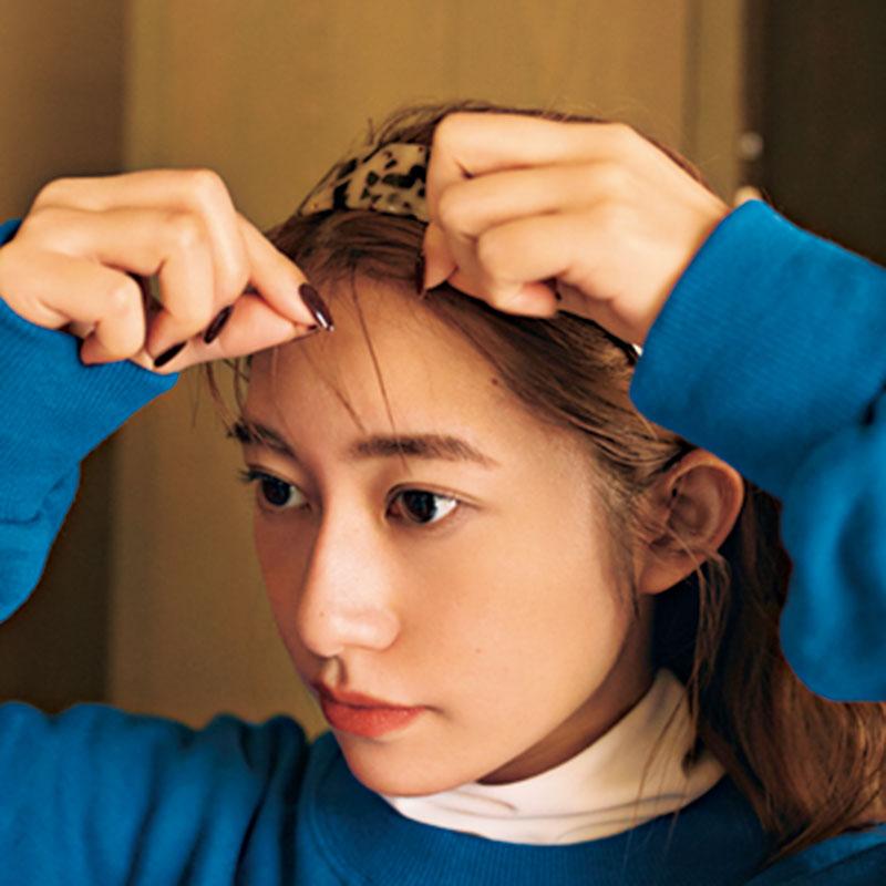 ①カチューシャをつけ、前髪を薄く出したら、束感をつくるように前髪にバームを。
