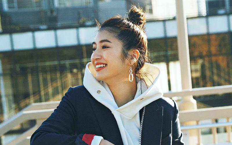 アラサー女子が「ジャケットをカジュアルに着る」方法【スニーカーをはく】