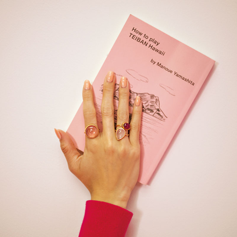 華やかにきらめくピンクのストーン。普段のカジュアル服を特別にするピンクの魔法を手元に。人差し指/ディープローズクォーツ¥364,000 薬指/ペアシェイプローズクォーツ¥157,000 ルビー¥840,000(すべてマリハ)