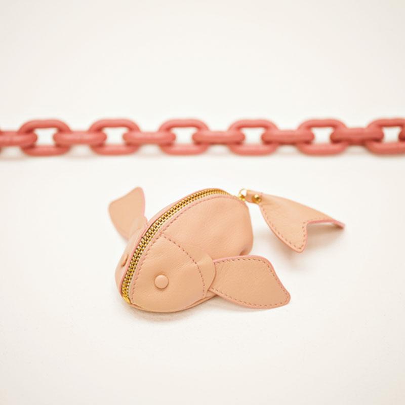 すべてハンドメイドで作られるパリ発のポーチブランド。バッグの中にいるだけで思わず笑顔になる魚モチーフのポーチは、ジュエリーケースとしても最適なサイズ感も◎。ポーチ¥16,000(タタキット エム/ロンハーマン)