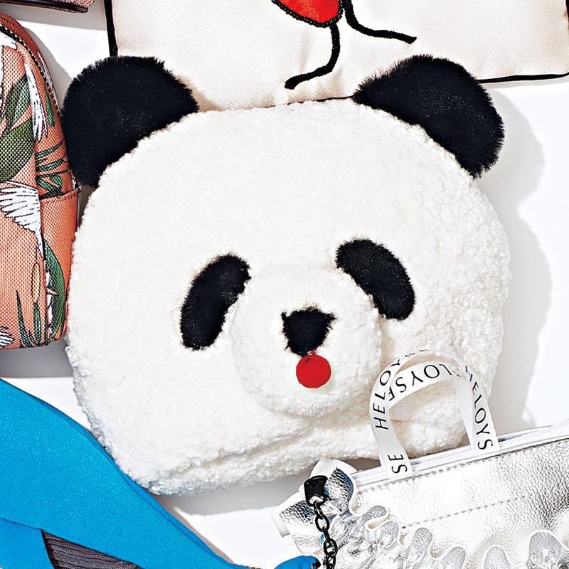 白の部分はモコモコ、黒の部分はふわふわ素材の愛くるしいパンダ。内ポケット付き。〈H14.5×W19×D7.5㎝〉¥4,500(キャセリーニ)