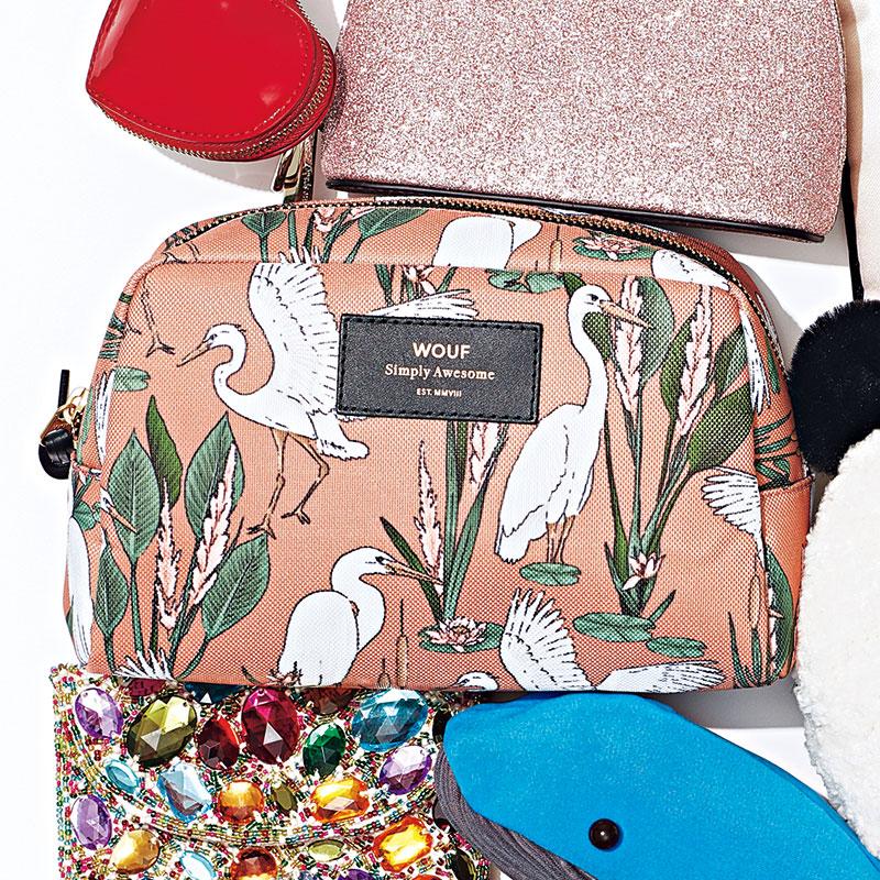 汚れにくく耐久性が高い素材とポップなデザインが魅力。内ポケット付き。〈H14×W21×D7.5㎝〉¥6,000(ウーフ/Tempo Hibiya)