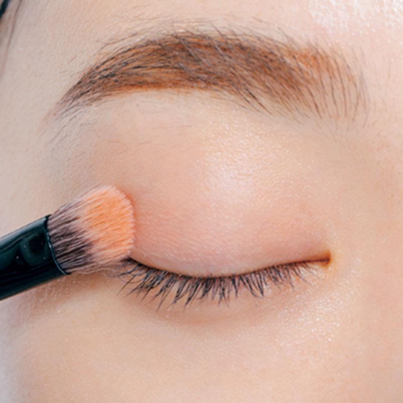 3. Bをブラシに取り、上まぶたの目尻1/2にくっきり重ねます。目の横幅をプラス。