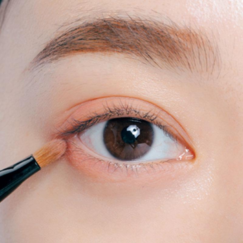 4. Cをブラシに取り、下目尻1/2に重ねます。陰影をつけて、目の横幅をプラス。