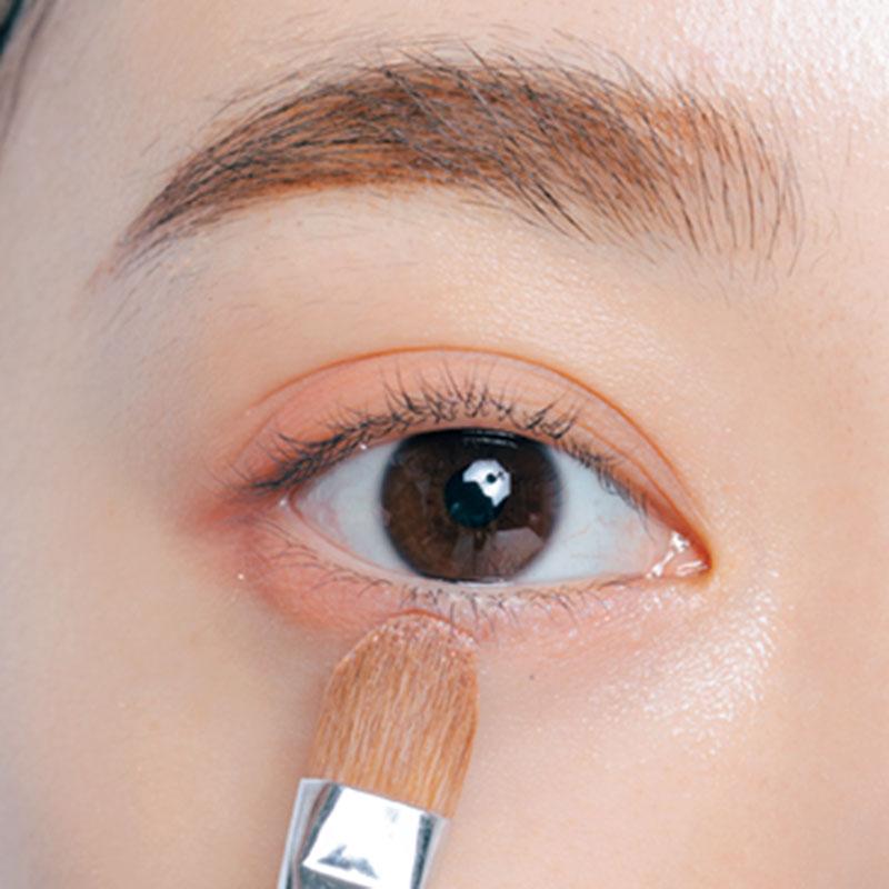 5. Dの艶パールを下まぶたの目頭1/2のキワに。涙袋のうるみ&ぷっくり感を演出。