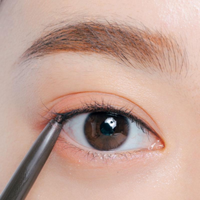 6. Gのペンシルで、上まぶたの粘膜とまつ毛のすき間をくっきり埋めておきます。