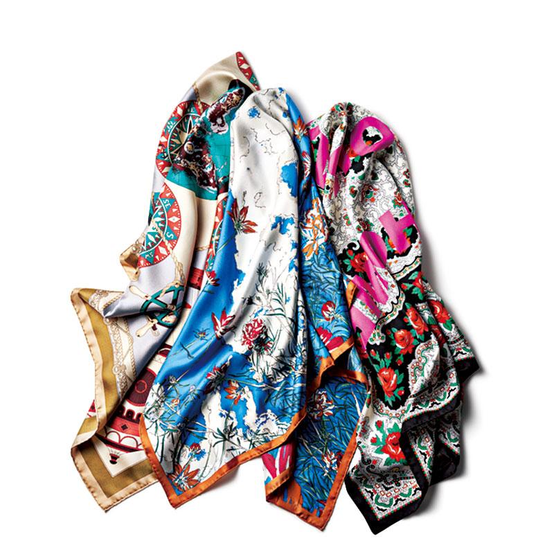 右から、ブラックスカーフ〈H90×W90〉¥22,000(フランコフェラーリ/ハウント代官山/ゲストリスト)スカーフ〈H88×W88〉¥16,000(マニプリ/ノーリーズ&グッドマン銀座店)ベージュスカーフ〈H88×W88〉¥16,000(マニプリ/ノーリーズ&グッドマン銀座店)