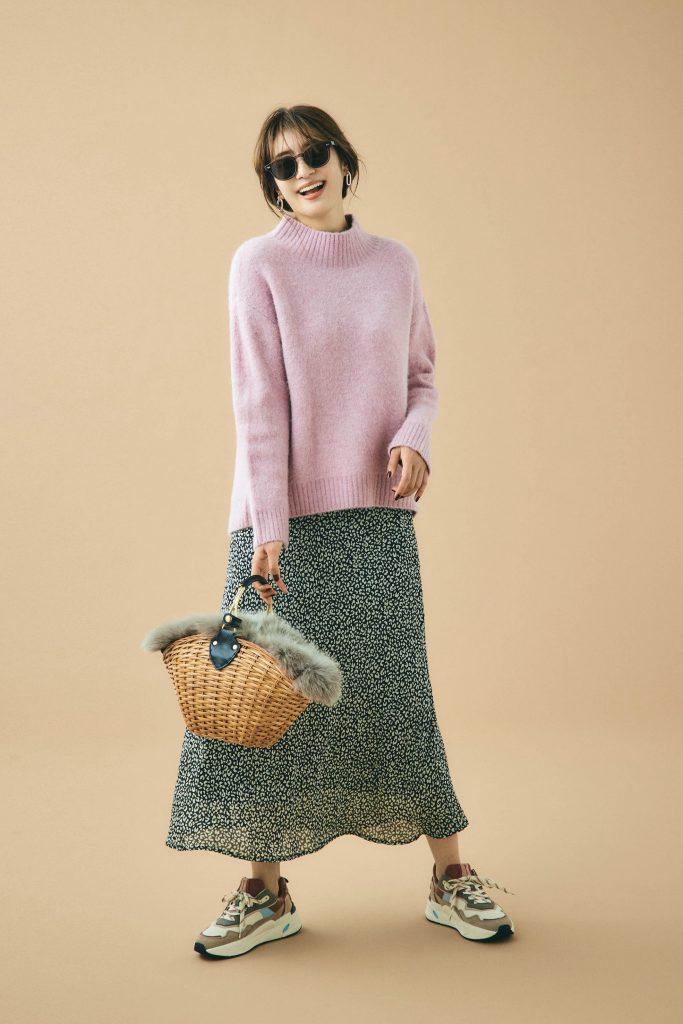 マニッシュな柄スカートにピンク
