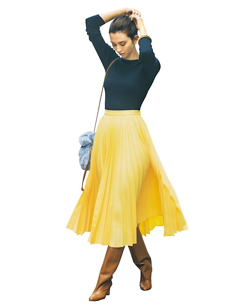 一際目を引くイエローのスカート