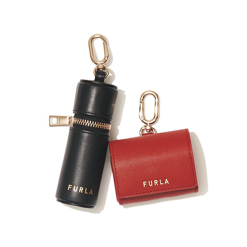 小さな専用ポーチこそ上質なレザーをセレクトしたい チャーム感覚で使いたい。リップケース〈H9×W3×D3㎝〉¥12,000 楕円形のスナップフックでベルトやバッグに簡単につけられます。エアーポッズケース〈H5×W5×D2㎝〉¥12,000(ともにFURLA/FURLA JAPAN)