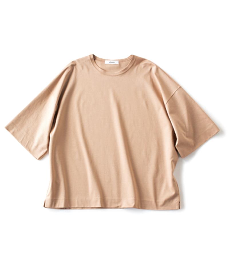【A】ツヤのあるニュアンスカラーTシャツ ロップショルダーで今っぽいルーズ感。光沢のある素材ならTシャツでも女性らしい。¥12,000(ebure/ebure GINZA SIX店)