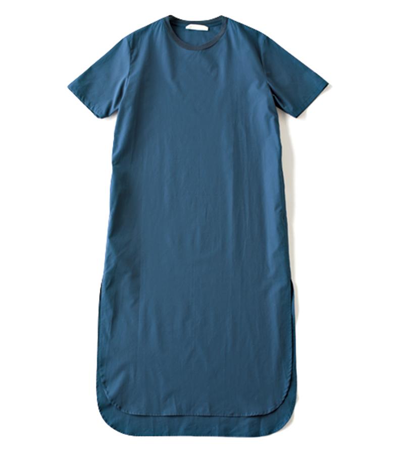 【J】ネイビーのカットソーワンピ サイドスリット入りで足さばきがいい。パンツやスカートをインしてもOK。上質なドライコットン。¥42,000(セヤ/ロンハーマン)