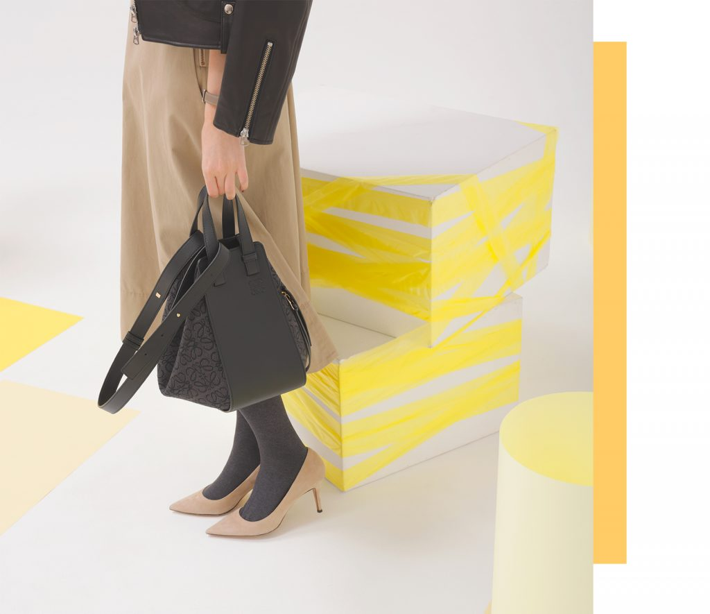 ロエベの最新バッグでカジュアルがリッチに変わる【オードリー亜谷香】