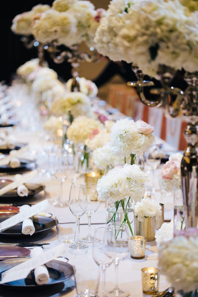 会場装花は白メイン。白だけでは