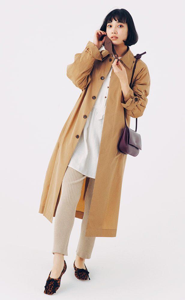 ベージュの襟付きコート&白シャ