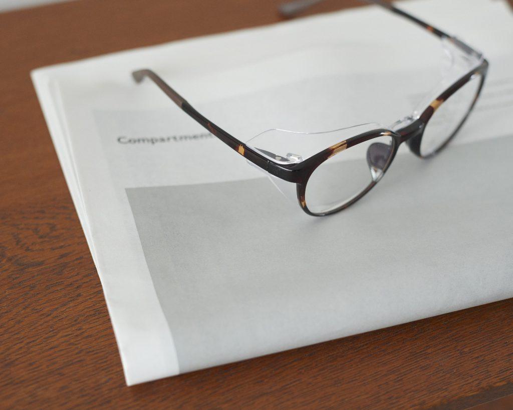 パッと見はフツーのメガネ。でも