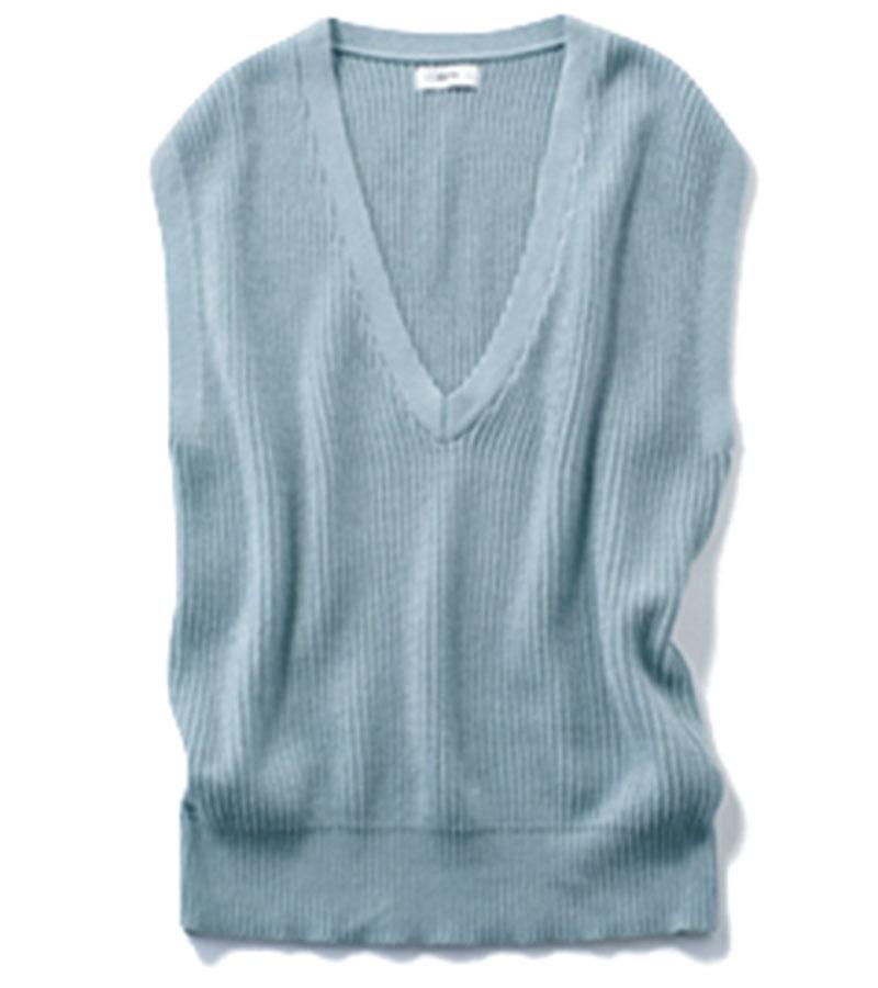 【4】ニットベスト これ一枚で途端に旬の着こなしに。Tシャツにもバンドカラーシャツにもさらりと。¥9,900(AKTE)