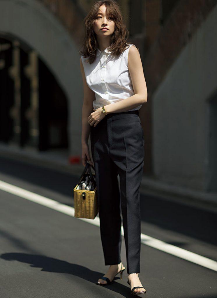王道の黒パンスタイルは丸衿ブラ