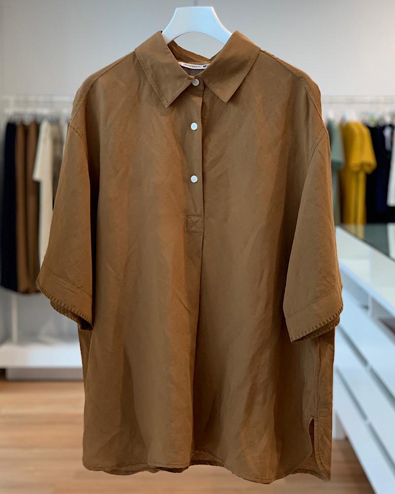 涼しげなリネン素材のシャツとシ