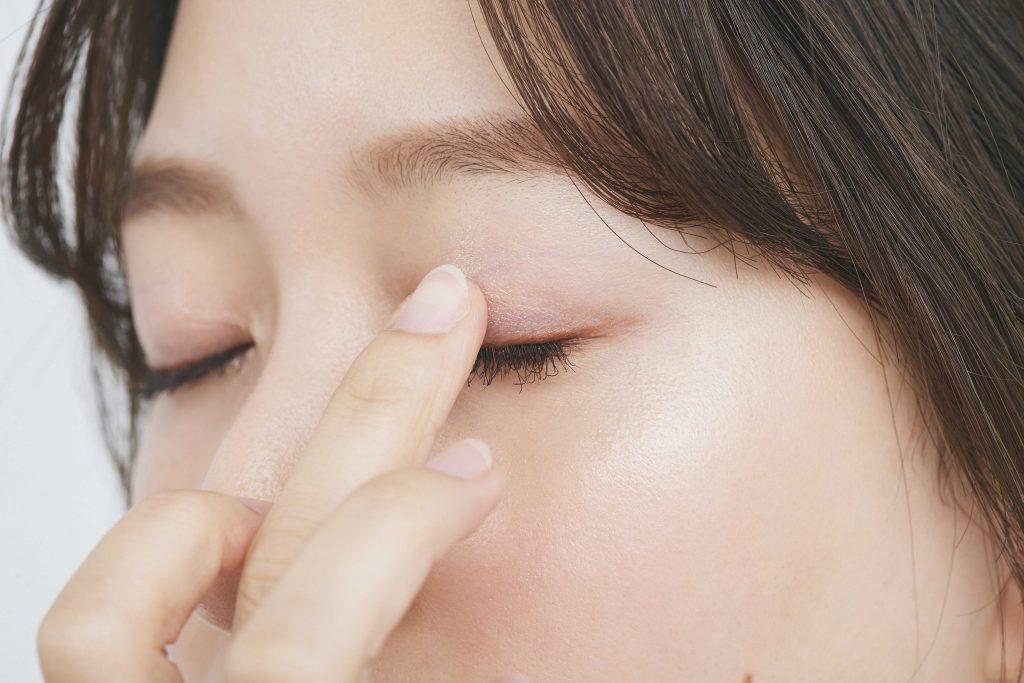 [右から]光の効果で立体的な目