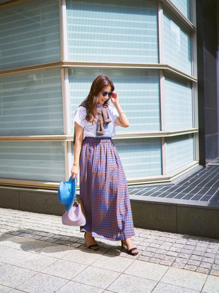 「スカートがブラウン×ブルーな
