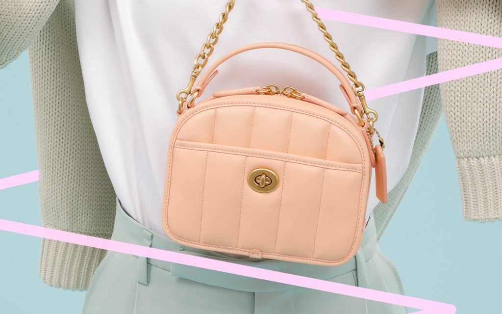 サーモンピンクに心ときめく♡ コーチの新バッグで夏コーデをブラッシュアップ!