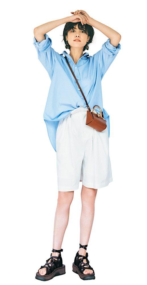 ブルーシャツと白いハーフパンツ