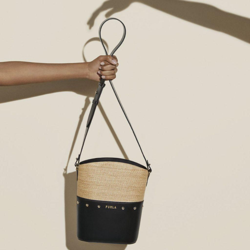 程よいサイズ感のバケットバッグ