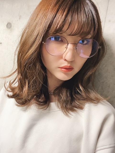 そして、顔周りにはメガネと主張