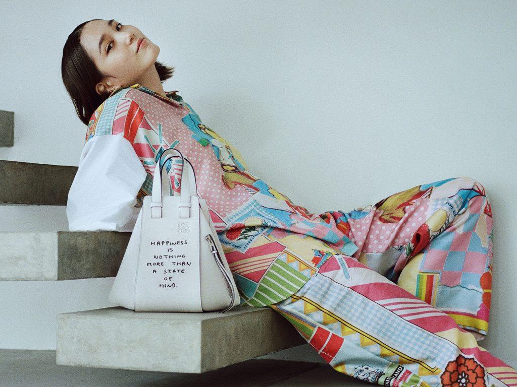 アイコニックな「ハンモックバッグ」が相棒! ロエベの新キャンペーンに注目。