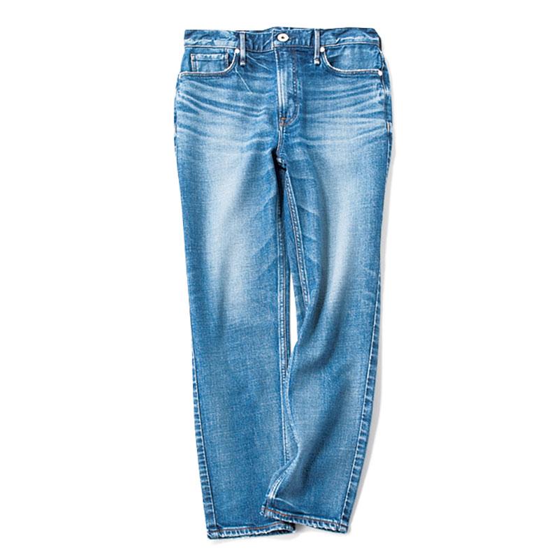 【K】デニム 爽やかな夏の装いにマッチするブルーのストレートデニム。¥25,300(アッパーハイツ/ゲストリスト)