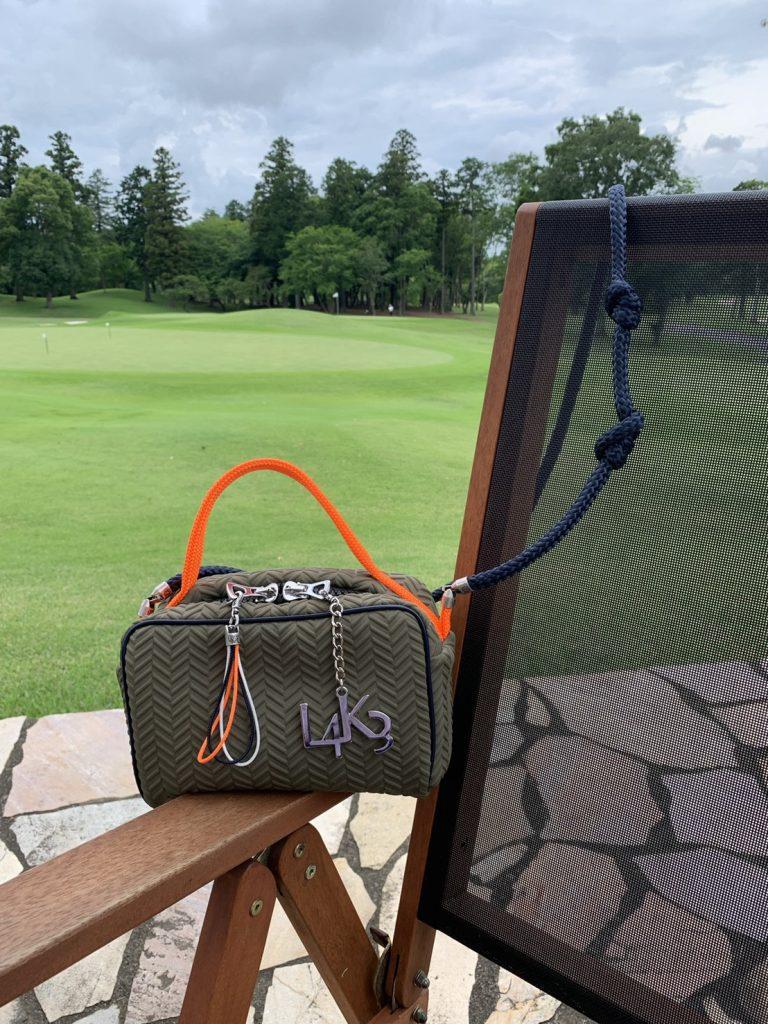 ゴルフ場へは、ゴルフウェアかジ