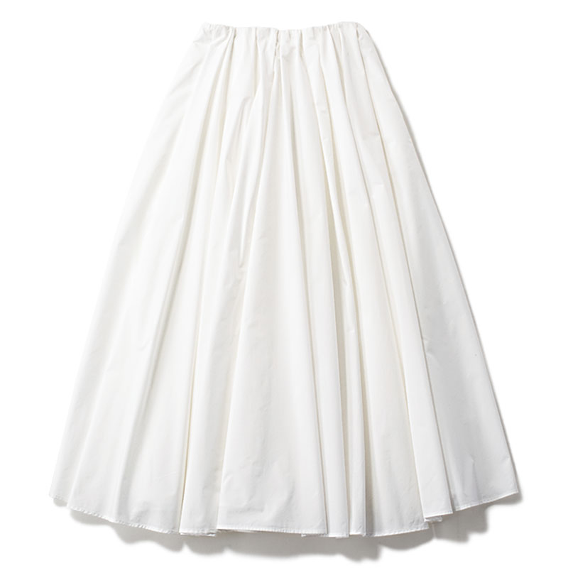 【L】白フレアスカート 汗や汚れが気になる〝真っ白〟こそウォッシャブル命。¥17,600(エミ アトリエ/エミ ニュウマン新宿店)