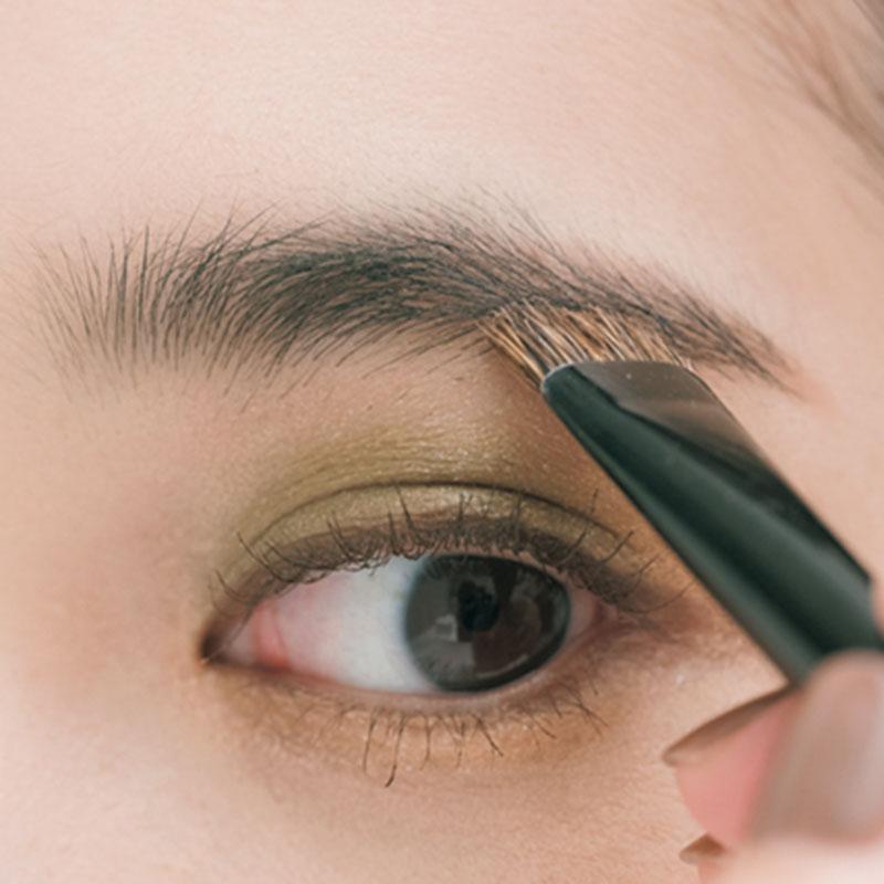 ほんのりグリーンな目もとをより
